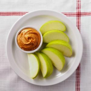 Assiette de pomme tranchée et de beurre d'arachide - recettes M. Dix-Secondes