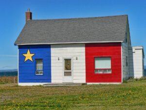Maison décorée du drapeau acadien